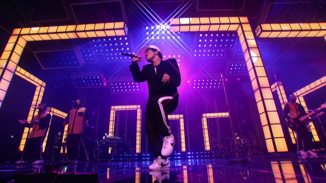Bruno Mars — Versace on the Floor [Billboard Music Awards 2017]